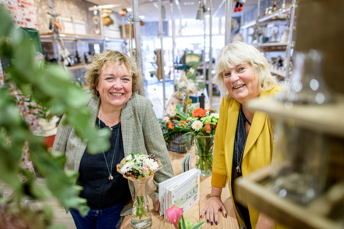 Ingrid Hassing (links) met Rita Linderhof in haar nieuwe cadeauwinkel.