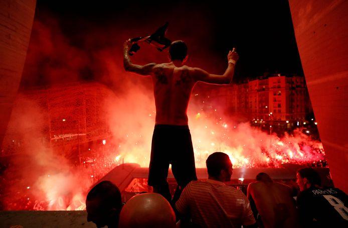 De spelers van Paris Saint-Germain vieren feest met de fans na het bereiken van de kwartfinale van de Champions League.