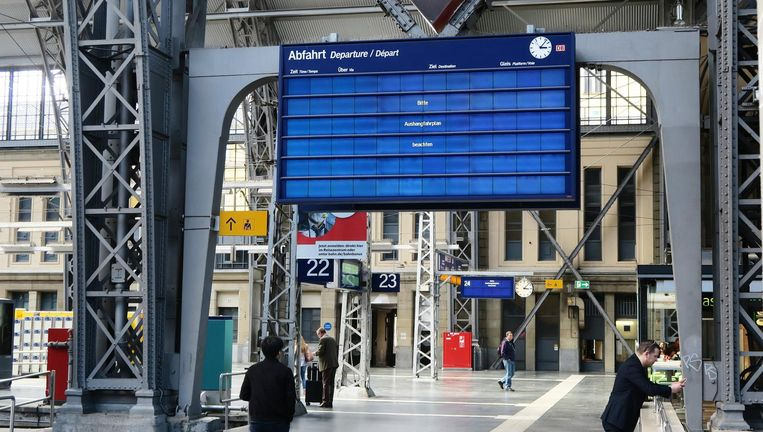 Getroffen door WannaCry: het station van Frankfurt am Main. Reizigers worden verwezen naar de papieren dienstregelingen. Beeld EPA