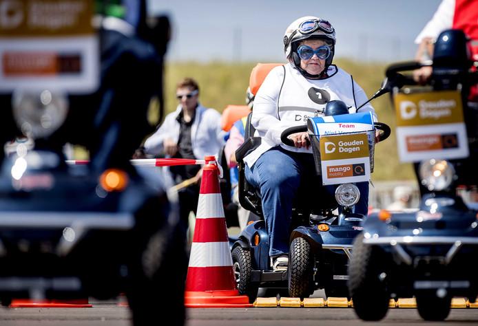Deelnemers tijdens het NK Scootmobiel op het Circuit van Zandvoort