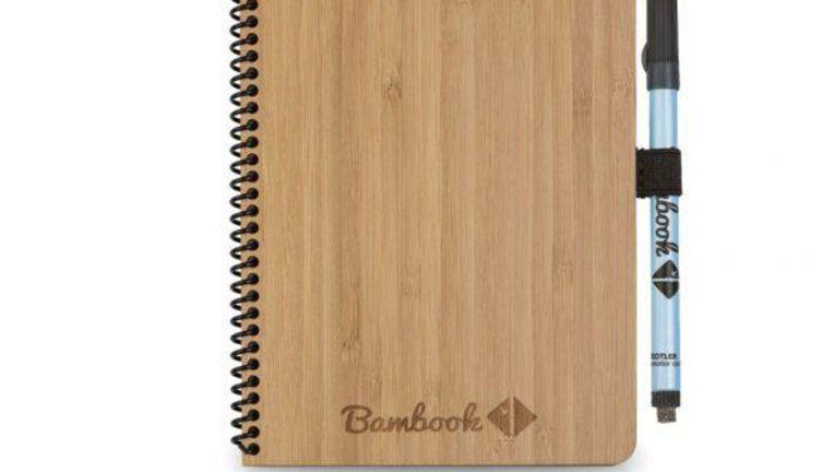 Veel mensen gebruiken nog steeds een schriftje of notitieblok om aantekeningen te maken. Hoeveel papier en energie kost dat wel niet? Beeld RV