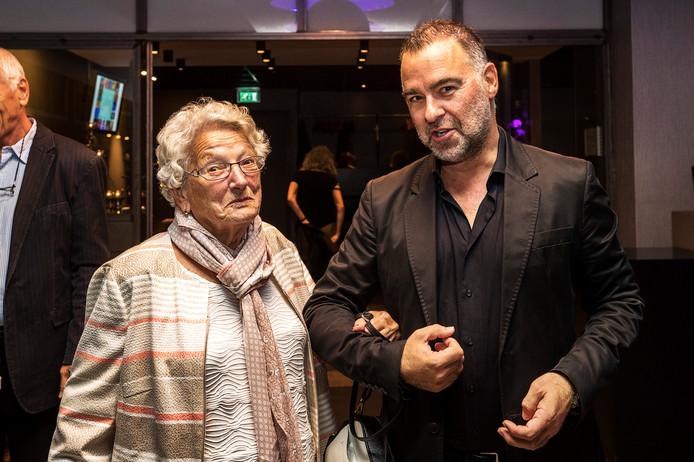 De moeder van Tineke Schouten met Tinekes manager Jacques de Cock.
