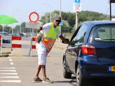 Pas toen potige mannen in de buurt bleven, konden verkeersregelaars hun werk doen