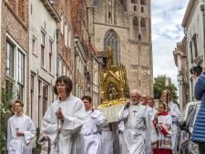 Gebeenten van stadsstichter Lebuïnus door Deventer gedragen