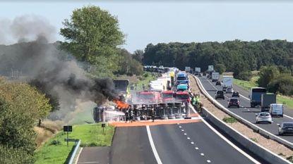 Truck kantelt en vat vuur op E34 Oud-Turnhout