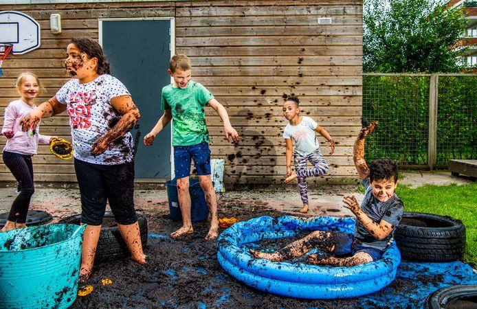 Julia, Adile, Bram, Geiso en Diogo bij buitenschoolse opvang Kiddoozz aan de Sliedrechtstraat in Rotterdam.
