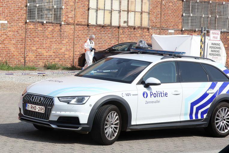 Ook het labo kwam ter plaatse op zoek naar sporen en onderzocht onder andere de Audi waar in de man werd aangetroffen.