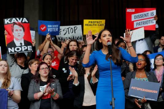 Alexandria Ocasio-Cortez hoopt voor de Democratische Partij een zetel in het Congres te veroveren. Hier profileert ze zich tijdens een protestbijeenkomst tegen de aanstelling van Brett Kavanauch als rechter in het Hooggerechtshof.