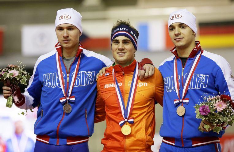 Jan Smeekens (in het oranje) op het podium na het winnen van de 500 meter in Obihiro. Beeld epa