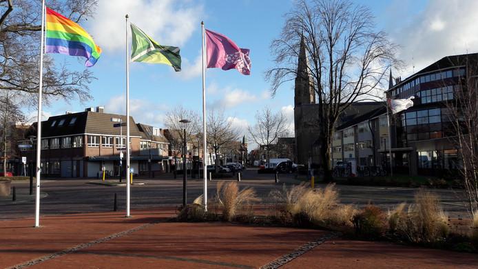 Wapperende vlaggen voor het gemeentehuis van Oost Gelre in Lichtenvoorde.