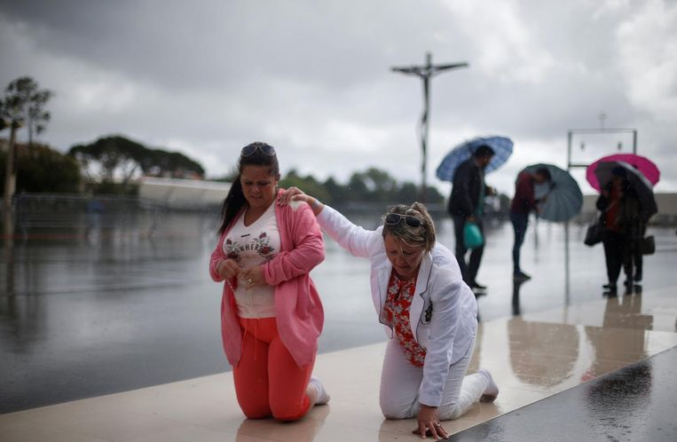 Pilgrims op hun knieën in Fatima in Noord-Portugal. Beeld Samuel Arenda