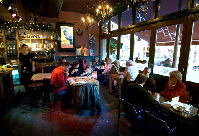 Lunchtijd in café Dikke Dries aan het Oudkerkhof.