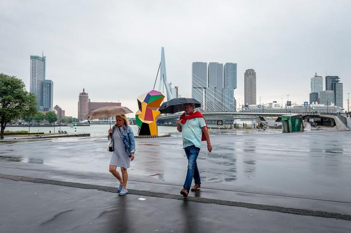 Wandelaars in Rotterdam.