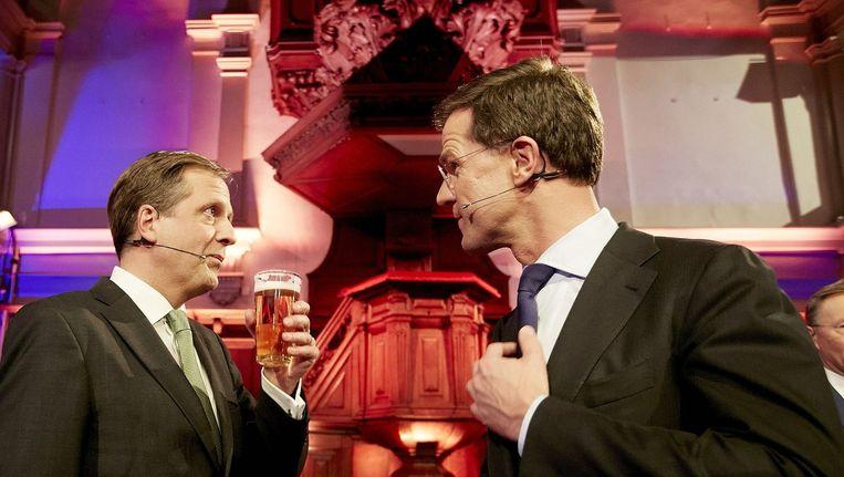 Partijleiders Alexander Pechtold van D66 en Mark Rutte van de VVD drinken wat na afloop van het RTL-verkiezingsdebat in de Rode Hoed in Amsterdam. Beeld anp