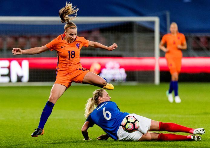 Jackie Groenen van de Oranjevrouwen in actie tegen Amandine Henry tijdens een oefenduel tussen Nederland en Frankrijk ter voorbereiding op WEURO 2017.