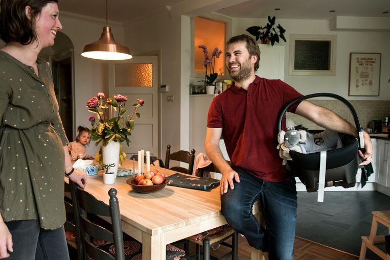 Julian Croker met de Maxi-Cosi voor zijn tweede kind. Beeld Eva Faché