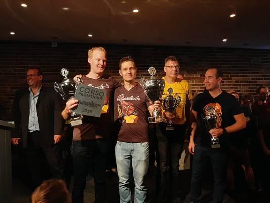 Ewald Berendsen, voorzitter van de winnende bouwgroep Lansink-Bluiminck (tweede van links).