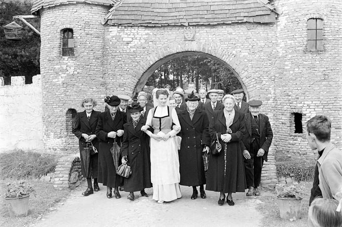 Osse bejaarden op bezoek in de Efteling, 1952.