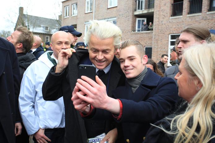 Geert Wilders voert vaker campagne in Spijkenisse. Veel aanhangers willen dan met hem op de foto. Links achter hem: Peter van der Velden