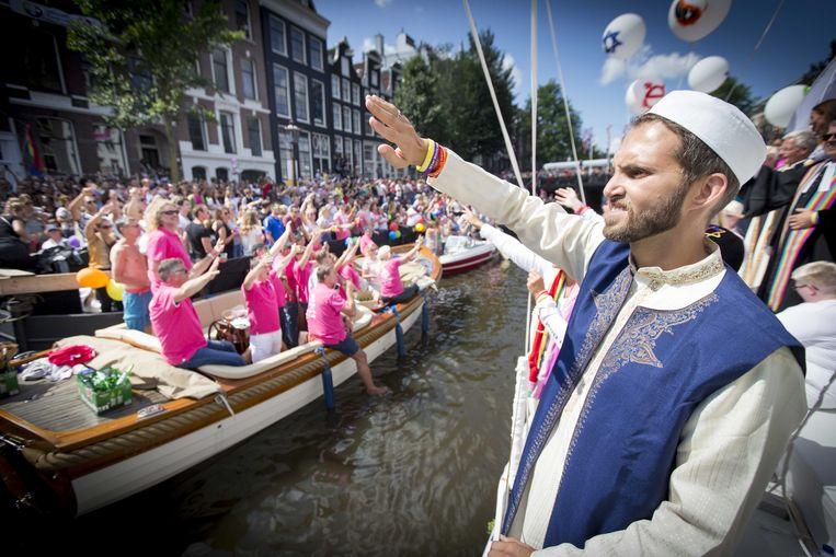 Imam Ludovic-Mohamed Zahed op de World Religion Boat, tijdens de botenparade van de Gay Pride.  Beeld ANP