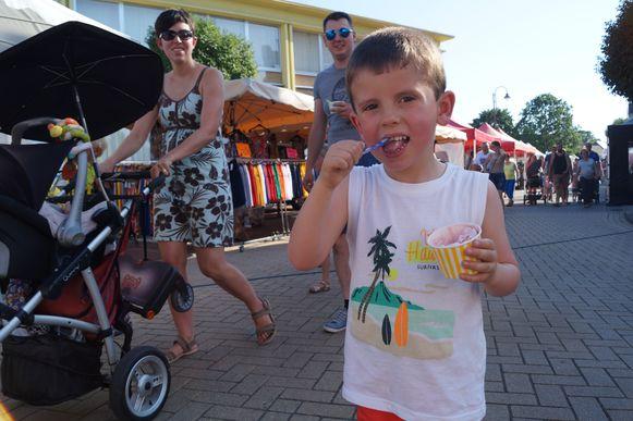Deze jongeman geniet met volle teugen van zijn ijsje