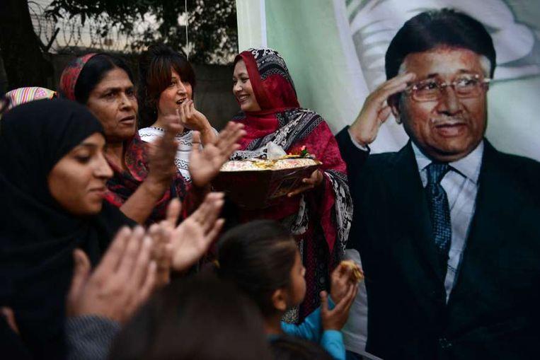 Activisten vieren dat Musharraf op borgtocht vrij mag. Beeld afp