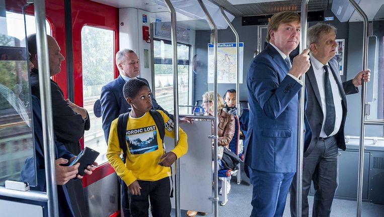 Koning Willem-Alexander met burgemeester Eberhard van der Laan in de metro tijdens een werkbezoek aan stadsdeel Amsterdam Zuidoost. Beeld anp