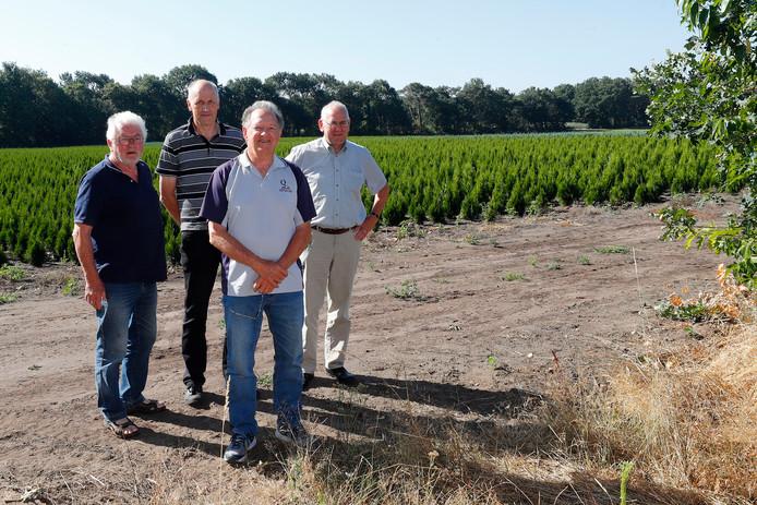 Jos van den Putte, Theo Kuijpers, Gerrit Stevens en Christ van Eijck (vlnr.) bij de plek van het ongeluk.