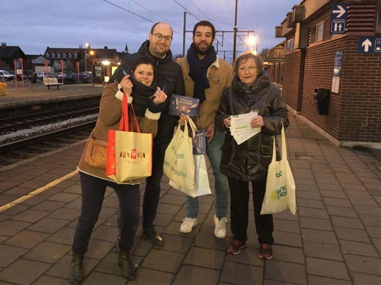 Karen Dewinter, Filip De Bruyne, Jason Bouti en Lut Dornez van Groen deelden vrijdagochtend kaartjes en bonbons uit aan de reizigers.
