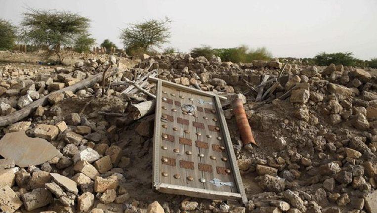 Jihadisten verwoesten een tombe. Beeld Reuters