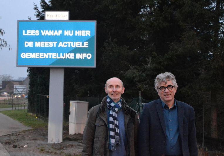 Burgemeester Jos Stassen (rechts) en schepen Erik Blommaert aan een van de elektronische infoschermen langs de invalswegen.