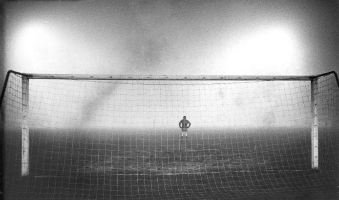 Liverpool-doelman Tommy Lawrence ziet geen hand voor ogen in Amsterdam.
