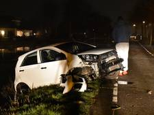 Uitwijkmanoeuvre pakt verkeerd uit in Reeuwijk: auto eindigt in water