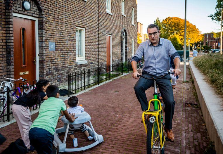 Wethouder Richard de Mos fietst door Den Haag Zuidwest. Dit is Kloosterbuuren in Moerwijk, een van de weinige blokken met nieuwe koopwoningen. Beeld Freek van den Bergh