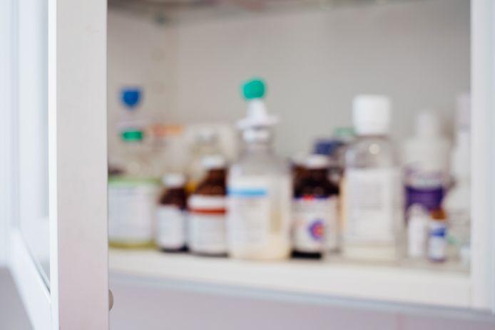 Om verdere verspreiding van het virus te voorkomen, voelt de apotheek zich genoodzaakt bijna compleet dicht te gaan.