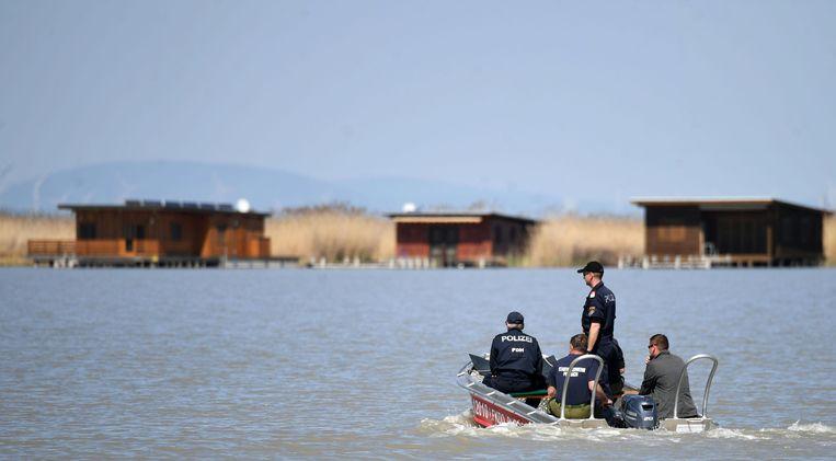 Oostenrijkse politiediensten onderzoeken het meer Neusiedl in Rust, Oostenrijk op 20 april. In het meer werden verschillende lichaamsdelen van het slachtoffer gevonden.