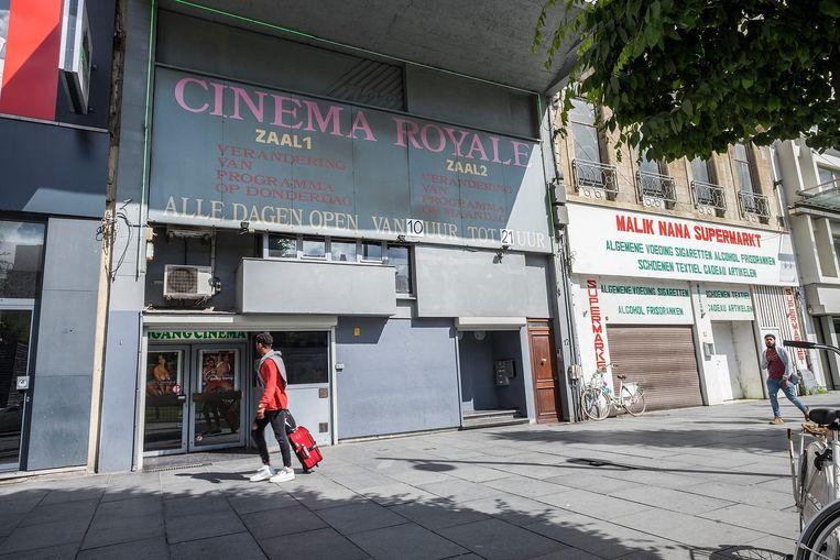 """""""Vroeger waren op dit plein voor het Centraal Station wel meer sekscinema's, maar Cinema Royale is de langst overlevende"""", vertelt Benni. """"Nog steeds is de cinema elke dag open van 10 uur 's morgens tot 9 uur 's avonds. Er is een zaal voor homo's en één voor hetero's. Een ticket kost hier 7 euro, dat is goedkoper dan bij de gemiddelde bioscoop."""""""