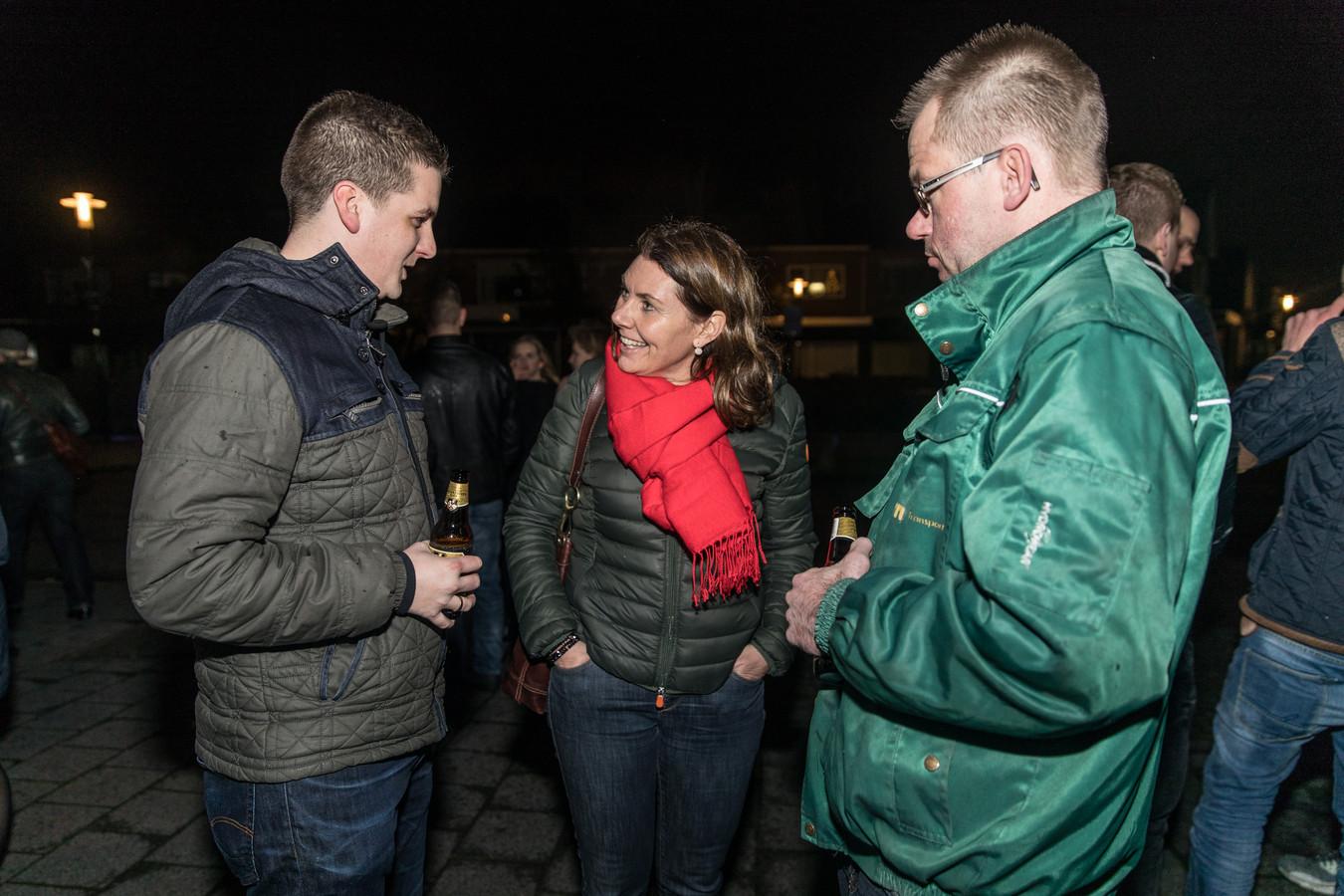Burgemeester José van Egmond praat in de nieuwjaarsnacht met inwoners van Krabbendijke.