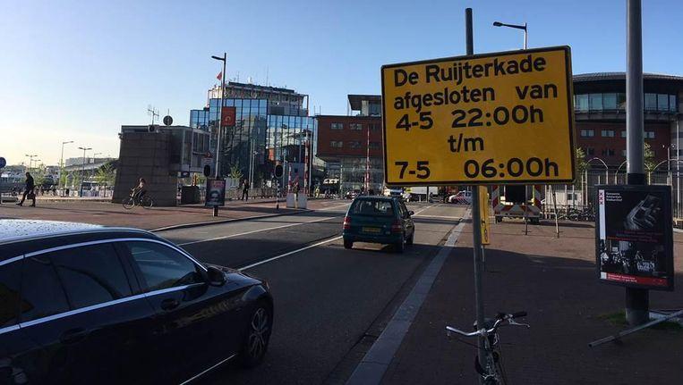Eind mei is de herinrichting van de westelijke Ruijterkade naar verwachting helemaal klaar. Beeld Gemeente Amsterdam