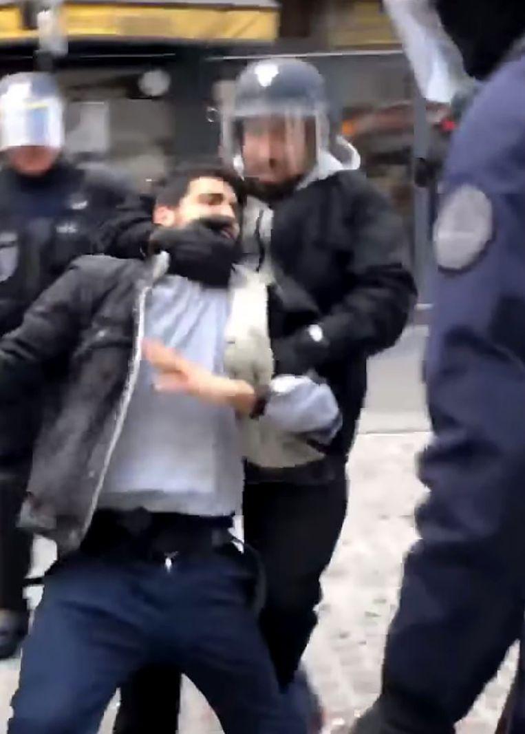 Een beeld uit de geruchtmakende video, waarop is te zien hoe beveiliger Alexandre Benalla een demonstrant hardhandig aanpakt. Beeld AFP