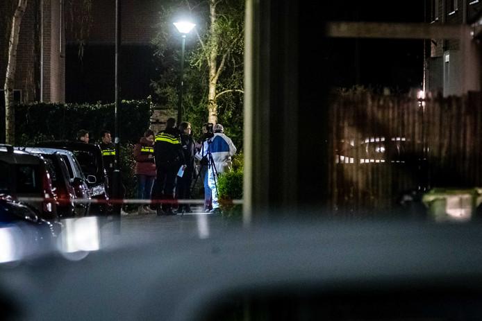 Politie bij een woning aan de Landsherenstraat in Mijdrecht waar een vrouw om het leven is gekomen bij een schietincident.