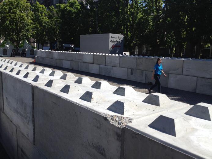 Grote blokken zijn de basis van een waterbassin op de Bossche Parade.