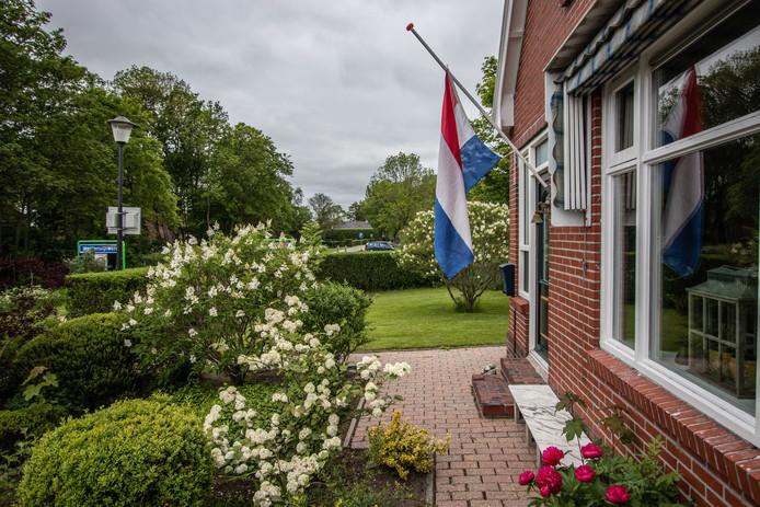 Een vlag hangt halfstok aan een huis in Westerwijtwerd.