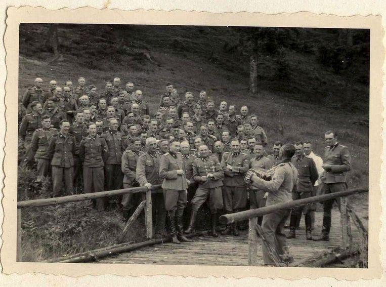 Zingende SS-officieren in hun buitenverblijf in de buurt van Auschwitz. Höss staat op de eerste rij.
