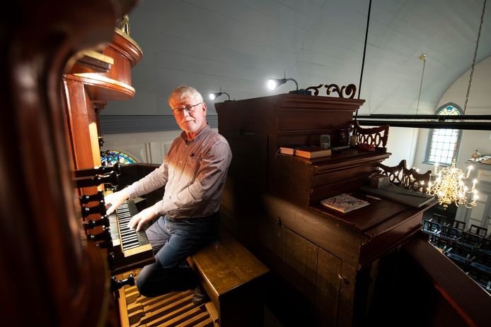 Henk Oosterveen uit Enter speelt deze maand 50 jaar orgel in Almelo en af en toe in Borne.