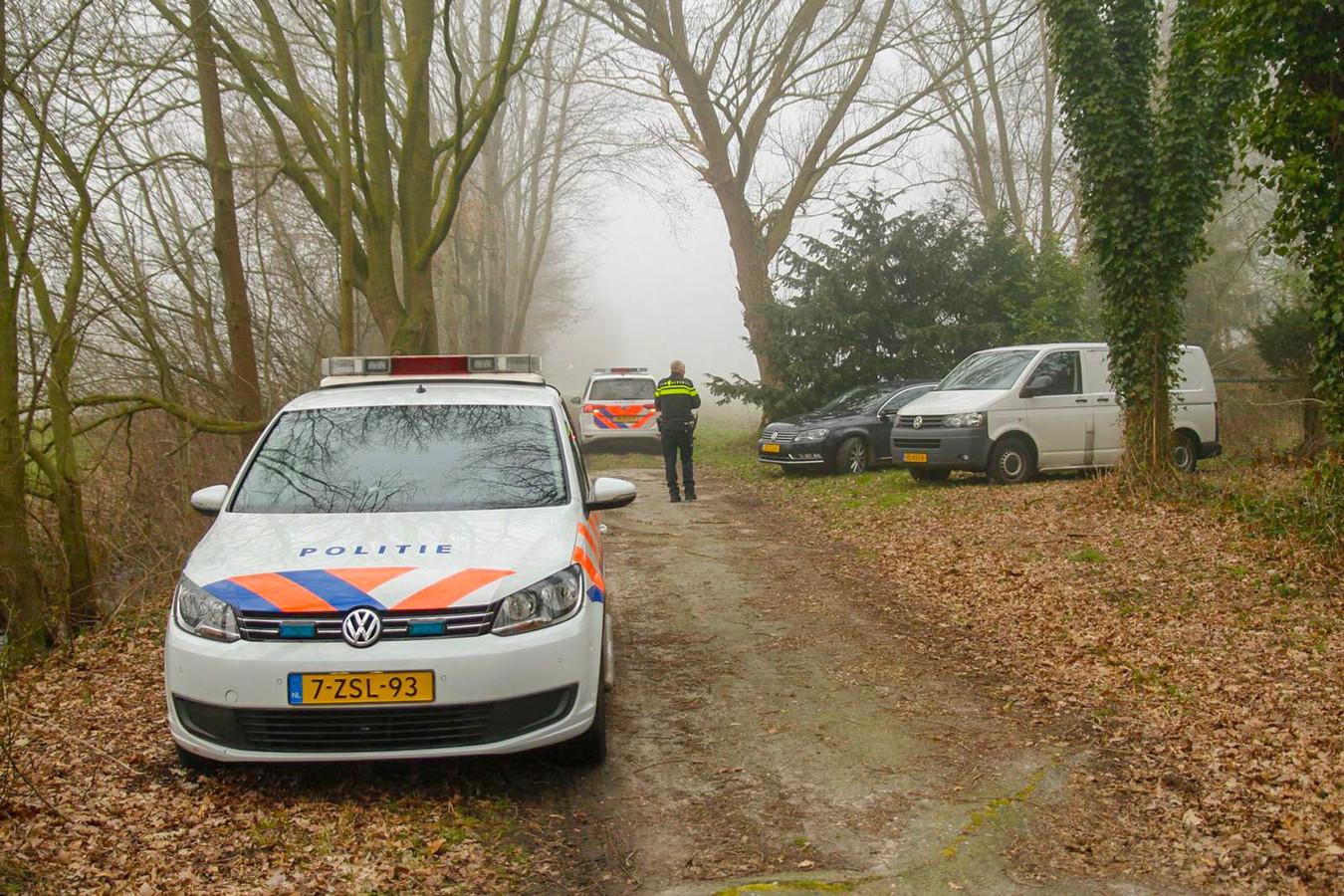 Op de Steenovenweg in Helmond is een lichaam gevonden.