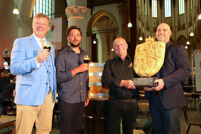 Brouwerij Bronckhorster won de titel 'Beste bier van Nederland 2018' met de Bronckhorster Nightporter. Eigenaar Steve Gammage (tweede van rechts) nam de prijs in ontvangst in de Grote Kerk in Den Haag.