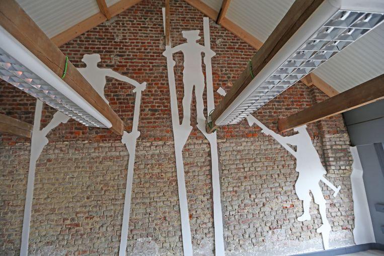 De beeltenissen van de steltenlopers werden in kalk op de muur van het balkon aangebracht.