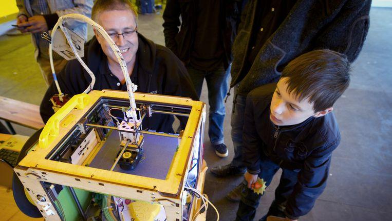 Een deelnemer tijdens een wereldrecordpoging simultaan 3D-printen in ProtoSpace. Naast het record is de dag ook bedoeld om geinteresseerden kennis te laten maken met de 3D printtechnologie. Beeld anp