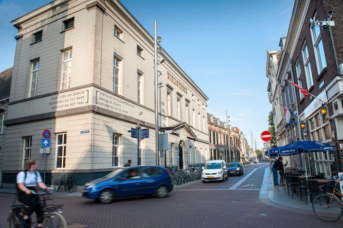 Hoek Hinthamerstraat met de Sint-Josephstraat. Rechts café De Basiliek.